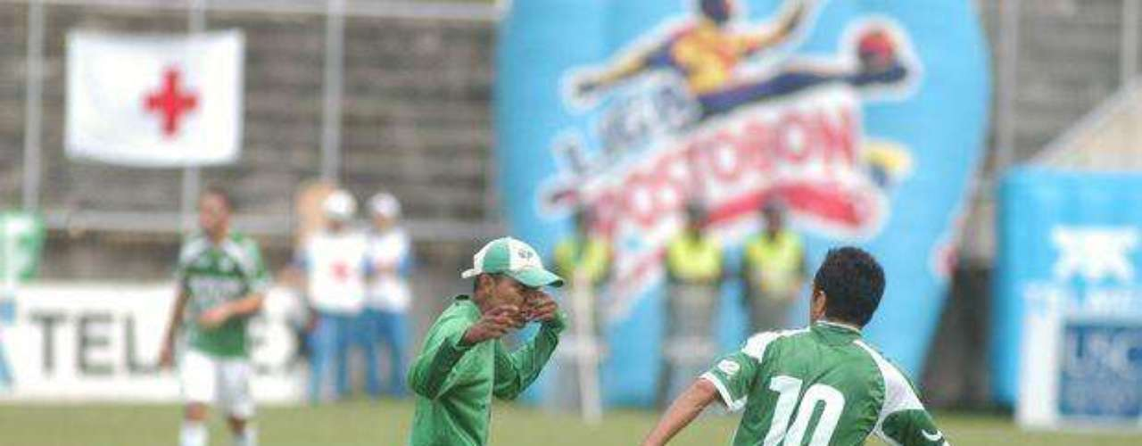 En Colombia, hinchas del Deportivo Cali invadieron el campo de juego y se lanzaron a los jugadores del equipo a insultarlos e increparlos por la mala campaña que este equipo tuvo en 2011