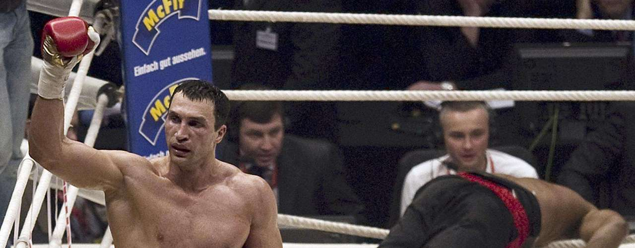 El campeón de peso completo, Wladimir Klitschko celebra tras mandar a dormir a  Eddie Chambers.