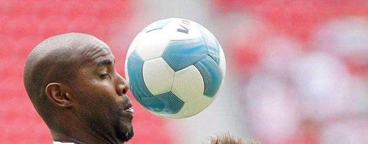 Chivas gana 2-1 a Santos: Felipe Baloy gana el balón a Erick Torres.
