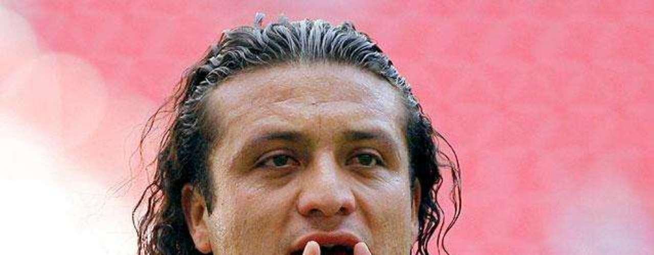 Chivas gana 2-1 a Santos: Héctor Reynoso responde al juez de linea en una jugada polémica.
