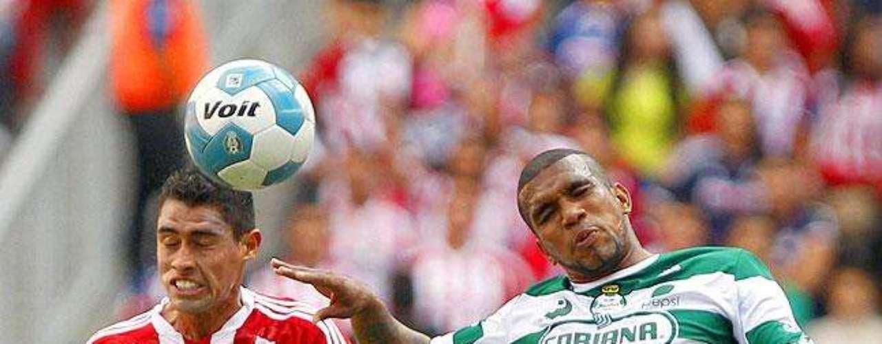 Chivas gana 2-1 a Santos: Patricio Araujo disputa el balón con Christian Suárez.