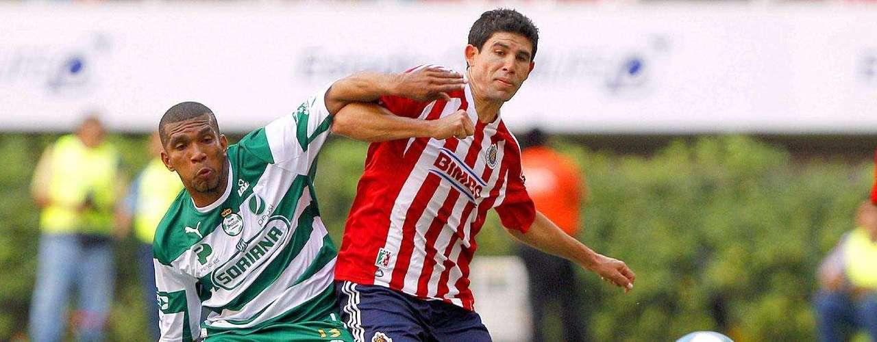 Chivas gana 2-1 a Santos: Jonny Magallón  disputa el balón con Christian Suárez.