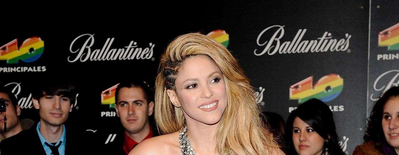 A Shakira le gusta llevar maxi accesorios, aunque a veces recarga su imagen al usar vestidos con plumas, hebillas y terciopelo. Otro de sus secretos sobre su comida habitual es que adora el yogur natural y el jugo de jitomate.
