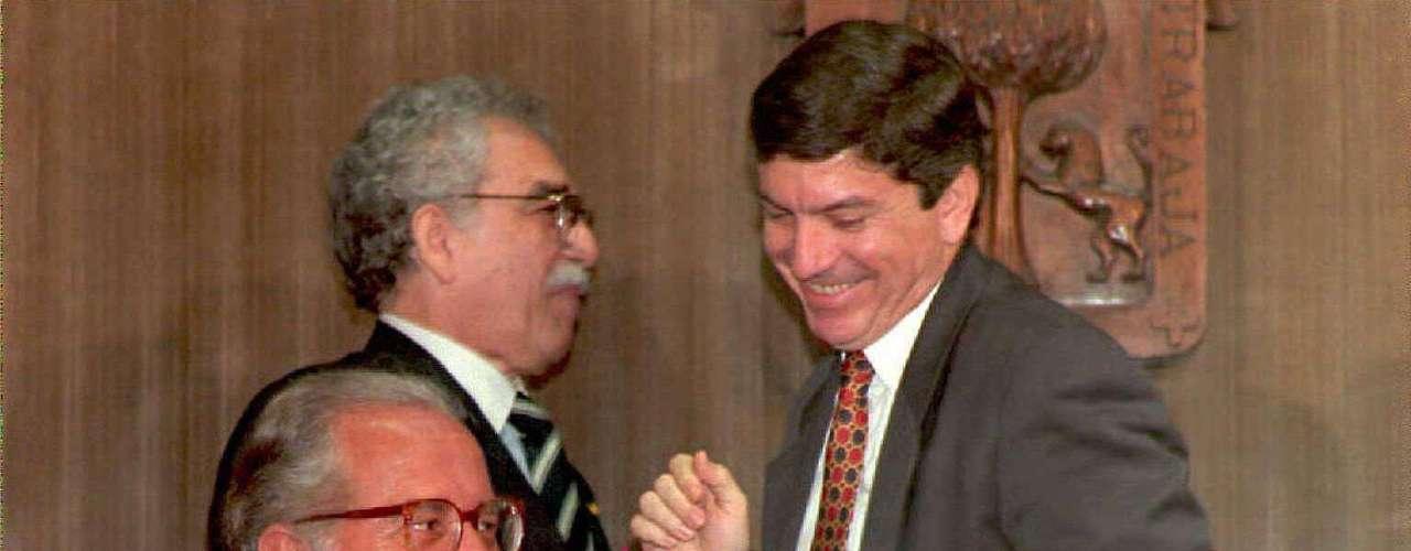 César Gaviria, Gabriel García Márquez y Carlos Fuentes durante la inaguracionde la Cátedra Latinoamericana Julio Cortázar en la Universidad de Guadalajara.