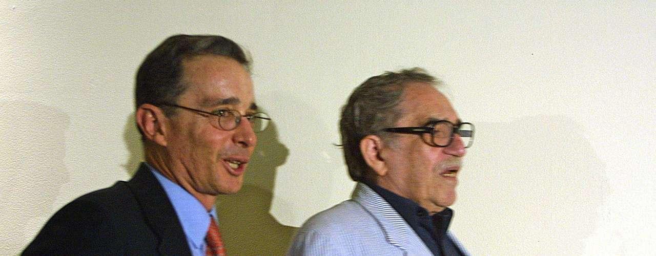 Junto a Álvaro Uribe en México.
