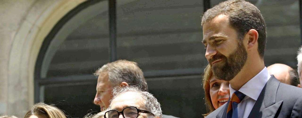 Al lado del príncipe de Asturias Felipe de Borbon y su esposa Letizia Ortiz .