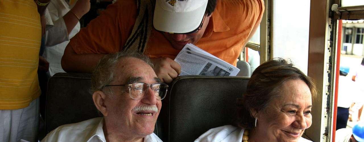 Gabriel García Márquez al lado de su esposa Mercedes Barcha, en Aracataca.