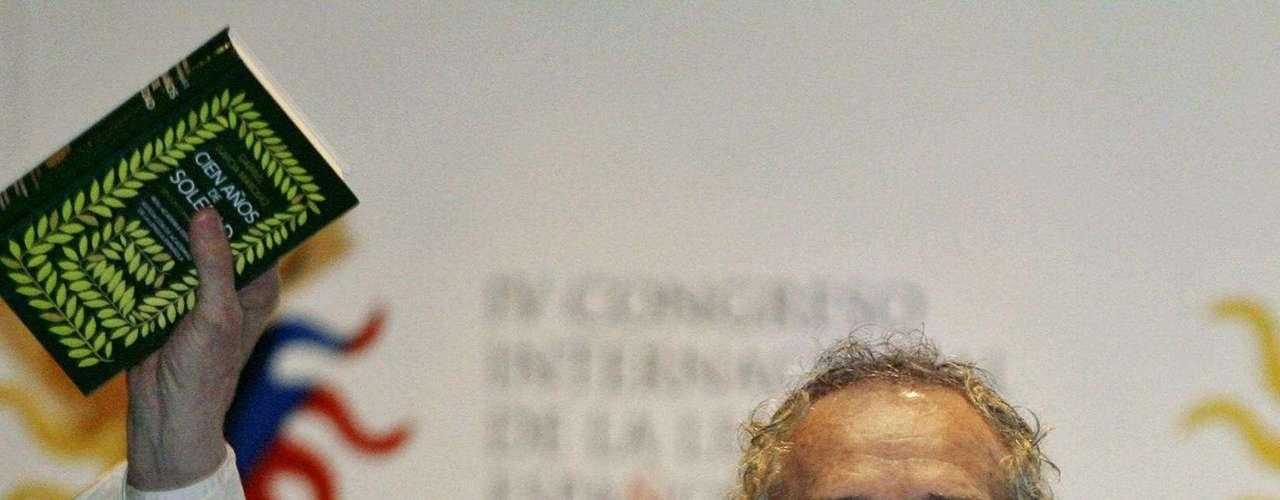 García Márquez alza una copia de la edición especial de \