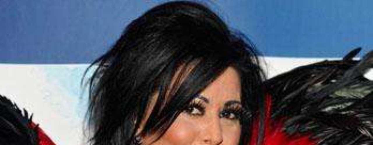 Alejandra Guzmán. Es considerada como una las intérpretes de mayor proyección en la música pop en Latinoamérica desde finales de los años 80. La cantante inició su carrera musical en 1988 con el disco \