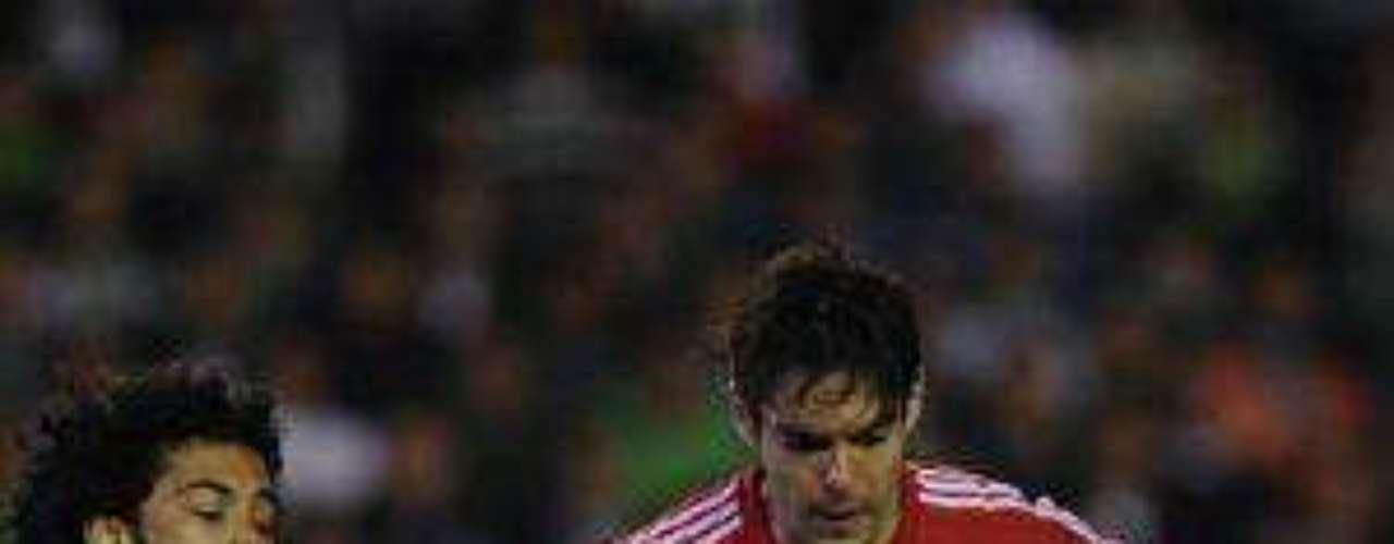 Kaká, quien fue titular, pelea el esférico contra el defensor Iriney Santos.