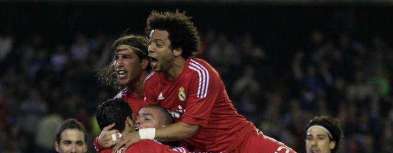 Pese que el Betis reaccionó para empatar el marcador 2-2, Real Madrid volvió irse adelante con un tanto de CR7. Aquí el portugués es felicitado por sus compañeros.