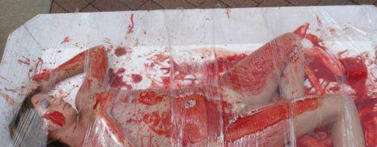 En mayo de 2010 un par de mujeres cubiertas en pintura roja como símbolo de protesta contra el consumo de carne en Kansas, Estados Unidos.