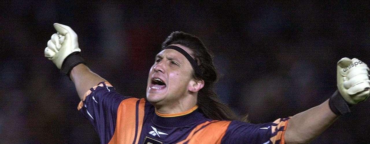 El excéntrico argentino Germón el 'Mono' Burgos, portero del Atlético de Madrid y su selección durante la década del 90, pudo vencer un cáncer en uno de sus riñones durante el 2003, cuando jugaba en España.