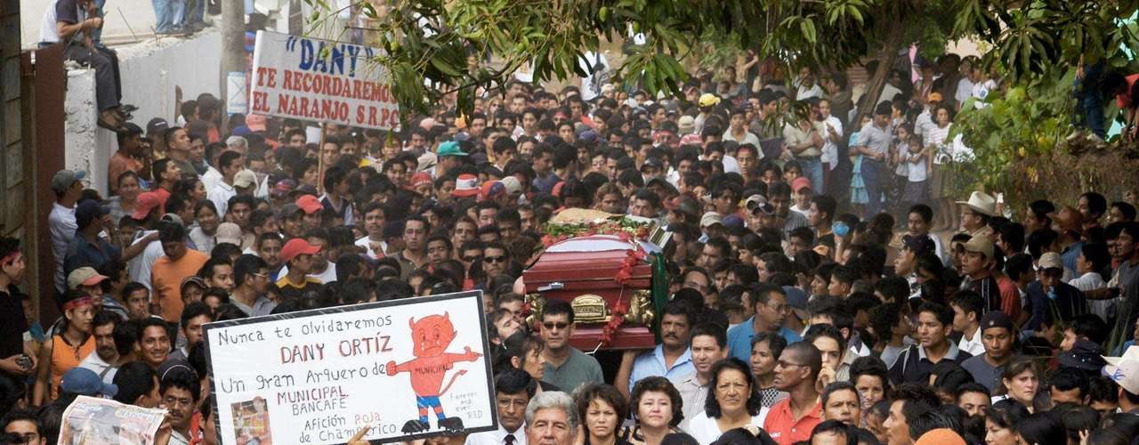 La gente se dio cita en las calles de Guatemala para despedir a Danny Ortiz, que dejara con vida a su esposa y dos hijos.