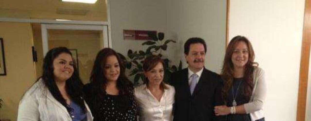 Vázquez Mota presumió una foto familiar tomada después de que registrara su candidatura a la presidencia por el PAN ante el IFE.