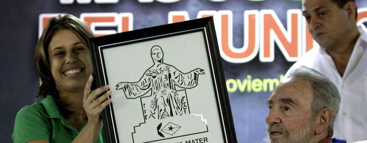 17 de noviembre de 2010: Recibió de manos de la presidente de la Federación Estudiantil Universitaria (FEU) Maidel Gómez el premio Alma Mater, durante un encuentro con estudiantes en La Habana.