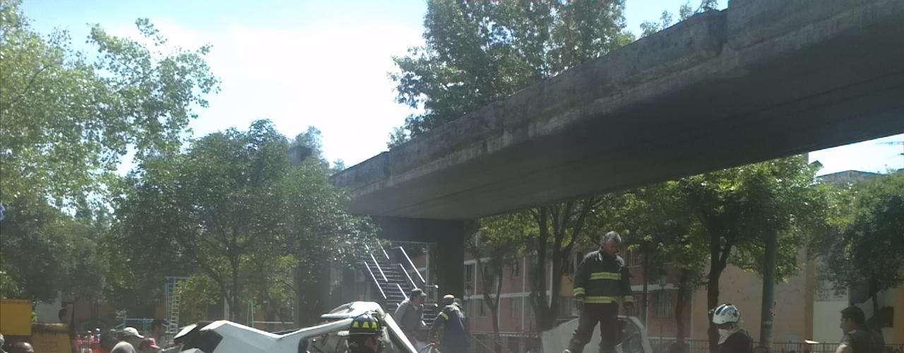 Un puente peatonal cayó sobre un microbús en Azcapotzalco, luego del sismo registrado esta mañana en el DF.