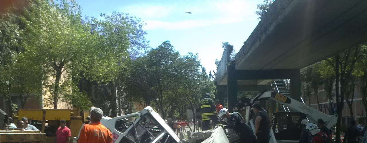 El puente de concreto, de 20 metros aproximadamente, se desplomó a la mitad en avenida de las Culturas y Eje 5 Norte, con dirección a Tlalnepantla.