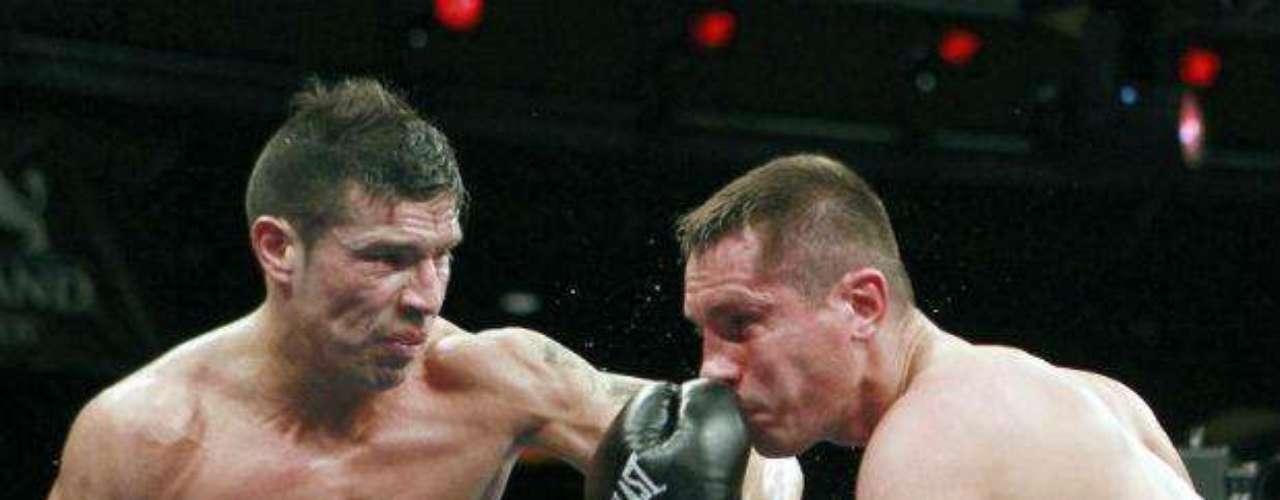 El 16 de abril del 2010, Martinez se convirtió en Campeon Mundial del Consejo Mundial de Boxeo y de la Organización Mundial de Boxeo en división media al vencer al ex-campeón Kelly Pavlik en 12 asaltos por decisión unánime.