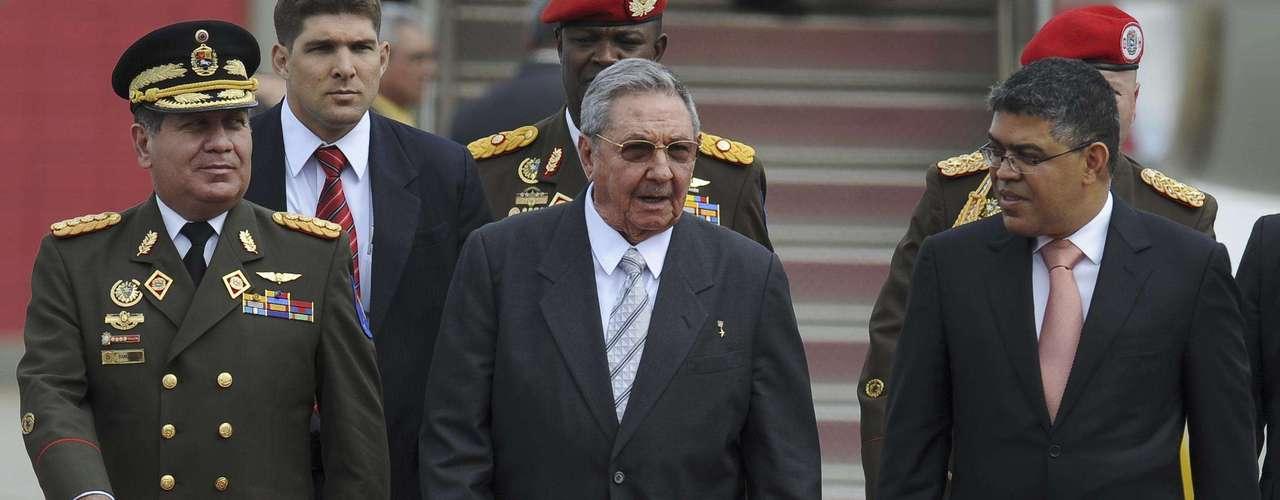 En cuatro años, Raúl ajustó el equipo y la estructura de Gobierno, abriendo el poder a los militares, cambió a medio centenar de dirigentes de la época fidelista, e impuso la racionalidad económica sobre los criterios políticos. Aún así se precisa \