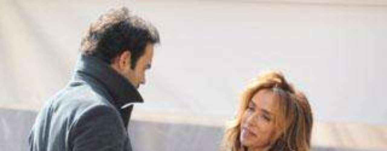 María Patiño dándole dinero a su novio Ricardo Rodríguez