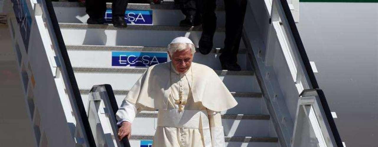 El avión con el Pontífice aterrizó a las 14:20 de la tarde (hora local) en el aeropuerto de Santiago de Cuba, a donde ya se encontraba el presidente Raúl Castro para darle la bienvenida.