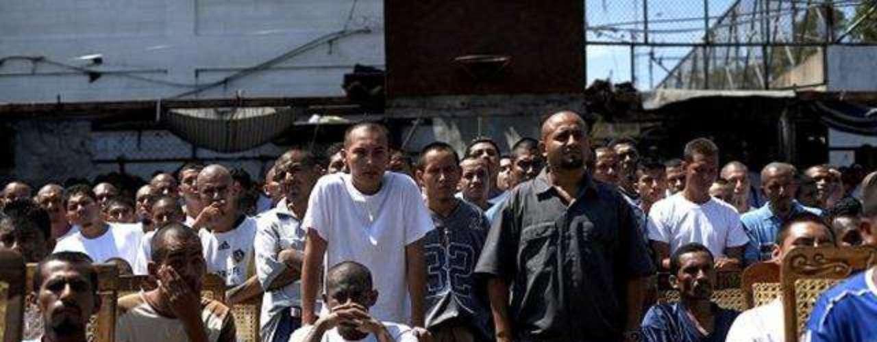La prisión de Ciudad Barios en El Salvador fue el escenario de la celebración de una misa especial a la que asistieron reclusos pertenecientes a las pandillas de las maras, como la pandilla Mara Salvatrucha 13 (MS -13) y la pandilla Mara 18 (MS -18). La ceremonia fue celebrada para dar gracias por un pacto que se dio entre ambas organizaciones rivales a fin de detener los asesinatos entre ellos en El Salvador, donde la cifra era de 13 o 14 asesinatos diarios, tras el pacto los asesinatos se redujeron a 3 o 4 por día.