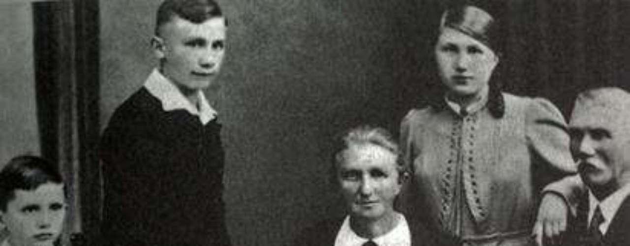 1938: A Joseph Ratzinger, extremo izquierdo, se lo ve con su familia: su hermano George, su madre Maria, su hermana Maria y su padre Joseph.