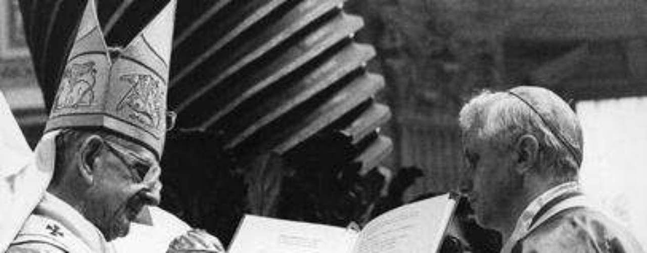 Marzo 24, 1977: El papa Pablo VI coloca el anillo cardenalicio a Ratzinger , 29 de junio de 1977, en la Basílica de San Pedro en el Vaticano.