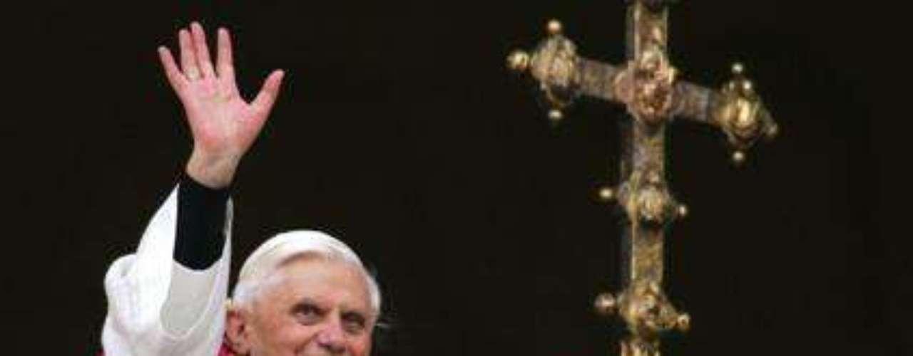 Abril 19, 2005: Ratzinger es ungido como el papa Benedicto XVI, el 265to pontífice de la iglesia católica. El papa saluda desde el balcón central de la basílica de San Pedro en el Vaticano.