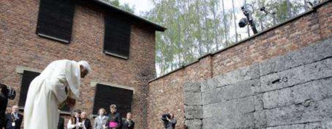 Mayo 28, 2006: El papa ora en frente al paredón de fusilamiento del campo de concentración de Auschwitz-Birkenau durante su visita a Polonia.