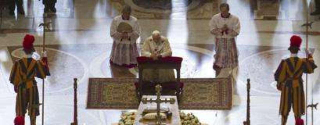 Mayo 1, 2011: Frente a 1.5 millones de fieles en la plaza de San Pedro, el papa Benedicto XVI beatifica al papa Juan Pablo II, acercando a este último a una posible canonización en el futuro. Jefes de estado, primer ministros y miembros de las casas reales europeas asistieron a este evento.