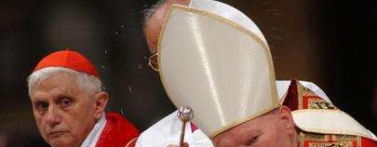 Noviembre 30, 2002: Ratzinger es elegido vicedecano del Colegio de Cardenales. Aquí aparece junto al papa Juan Pablo II durante la misa del 11 de septiembre de 2002 en la Basílica de San Pedro en el Vaticano.
