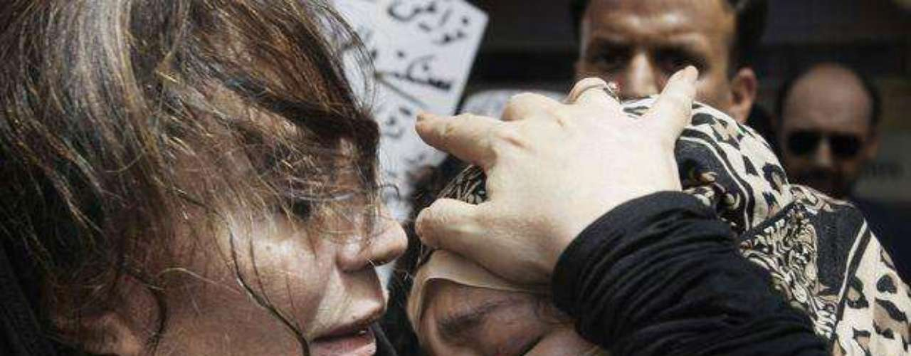 Los familiares de la paquistaní Fakhra Younus, víctima de un ataque con ácido que se suicidó después de más de tres docenas de operaciones en 12 años, lloran su muerte a la llegada de sus restos en el aeropuerto de Karachi, en Pakistán.