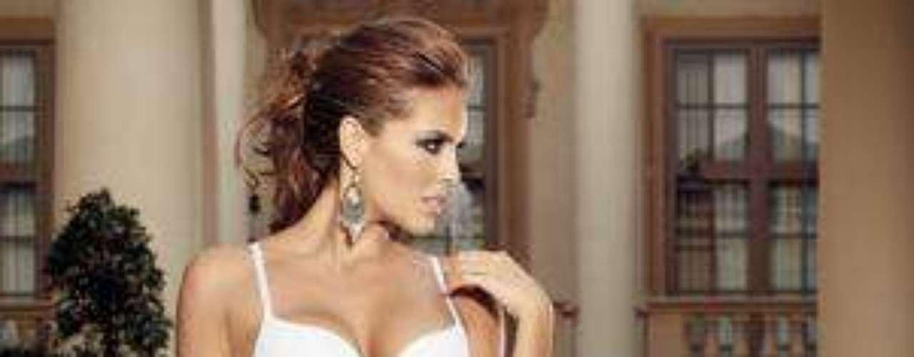 Como imagen de la marca Chamela, Sara Corrales modelo la última colección de ropa interior donde los encajes en blonda y los detalles románticos siguen vigentes y más aún para aquellas mujeres que quieren sentirse fresca y juvenil.