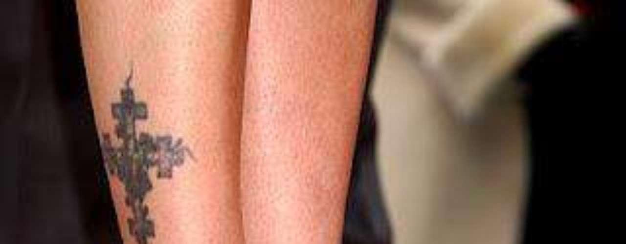Drew Barrymore. Son varios los famosos que plasman en su piel sus creencias religiosas: imágenes de Jesucristo, la Virgen, rosarios, cruces, son algunos de los símbolos que las celebridades se tatúan y lucen con orgullo en diferentes partes del cuerpo.