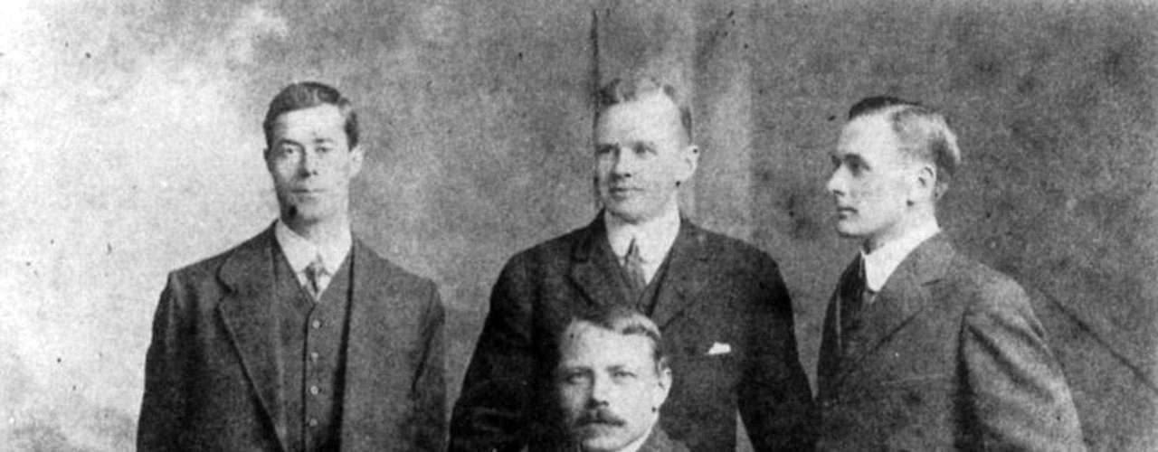 Los oficiales que sobrevivieron al hundimiento del RMS Titanic se presentan en una foto sin fecha. De izquierda a derecha: Quinto Oficial Harold G. Lowe, el segundo oficial Charles H. Lightoller, Tercer Oficial de Herbert J. Pitman (sentado) y el Cuarto Oficial José G. Boxhall.