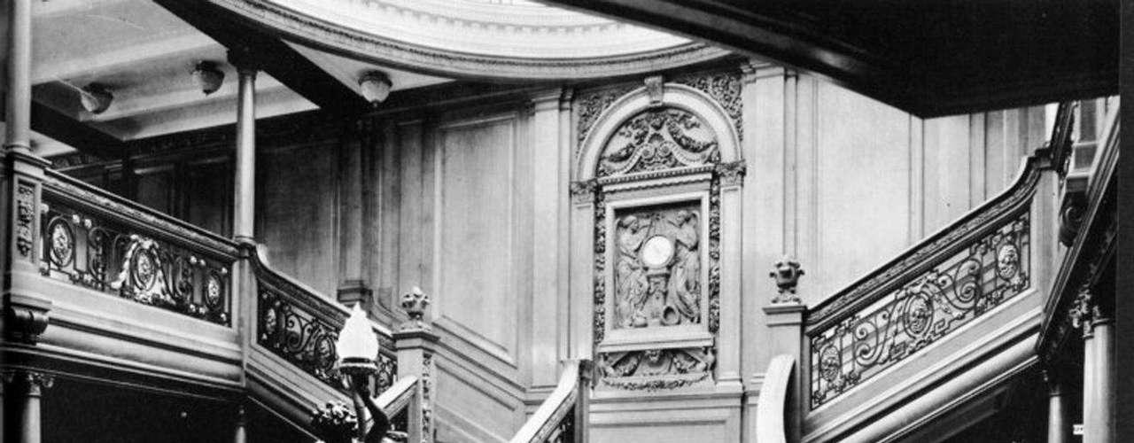 Escalera de honor entre la cubierta del barco y la cubierta de paseo a bordo del RMS Titanic, en una foto sin fecha.