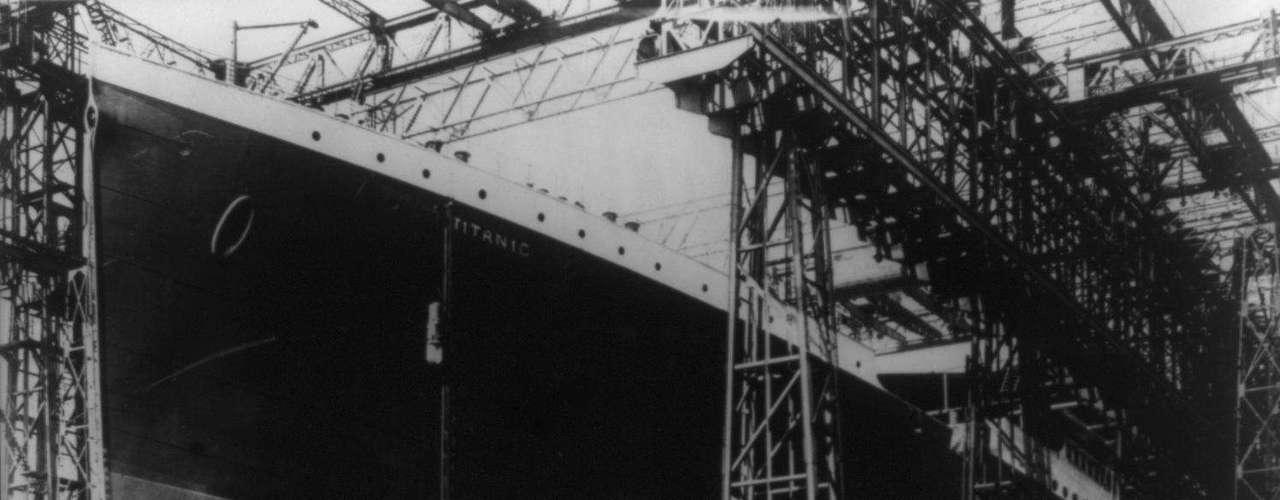 El casco del Titanic rodeado de andamios de construcción en un astillero de Belfast, Irlanda del Norte, en una foto sin fecha.