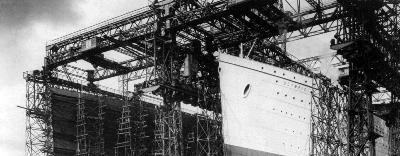 Los cascos de los RMS Titanic, a la izquierda, y de su buque gemelo, el RMS Olympic, están rodeados de andamios de construcción en un astillero de Belfast, Irlanda del Norte, en una foto sin fecha.