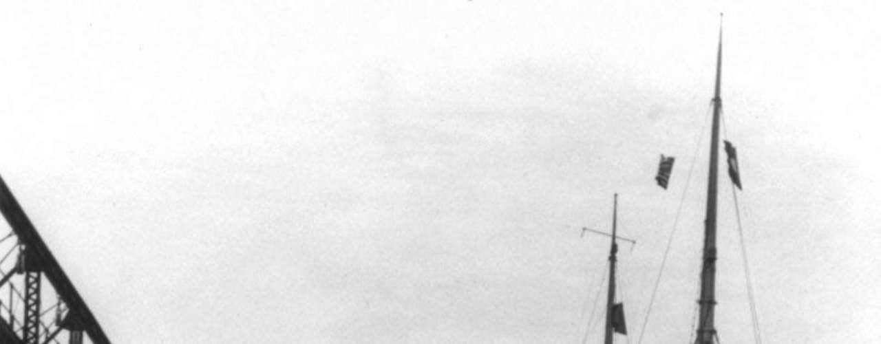El RMS Carpathia anclado después de transportar a los sobrevivientes del Titanic en Nueva York el 18 de abril de 1912.