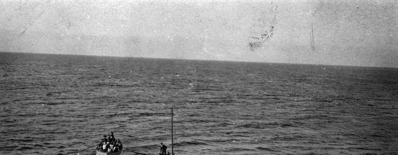 Sobrevivientes del hundimiento del RMS Titanic al abordar el RMS Carpathia el 15 de abril 1912 fotos.