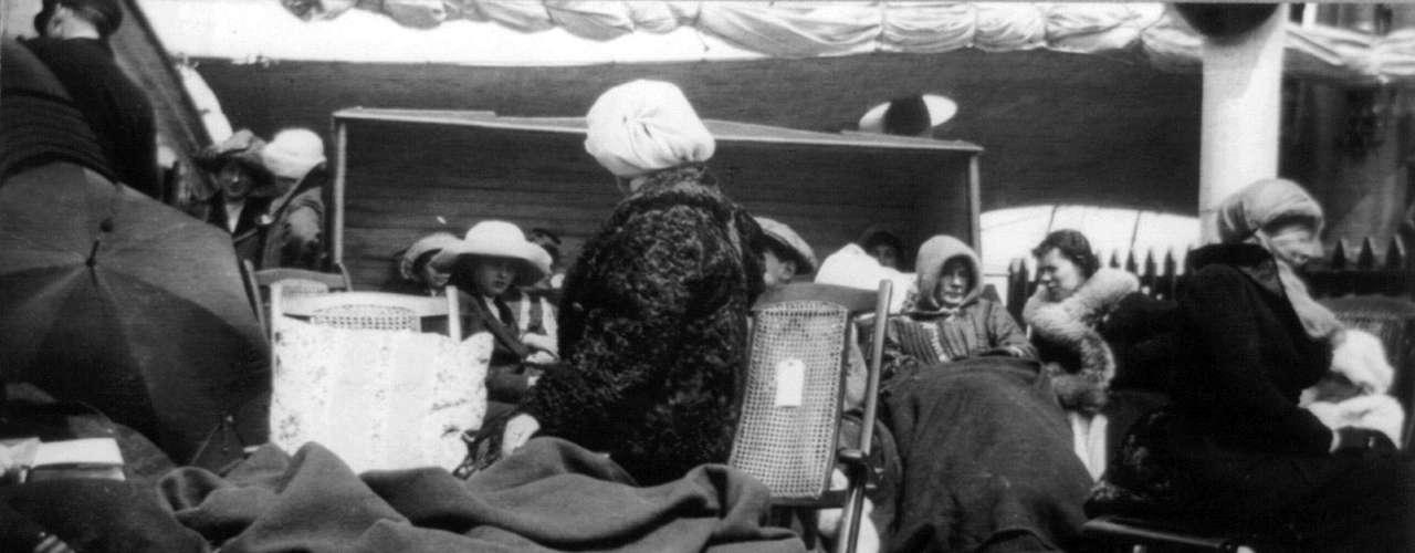 Sobrevivientes del hundimiento del RMS Titanic en la cubierta del RMS Carpathia el 15 de abril de 1912.