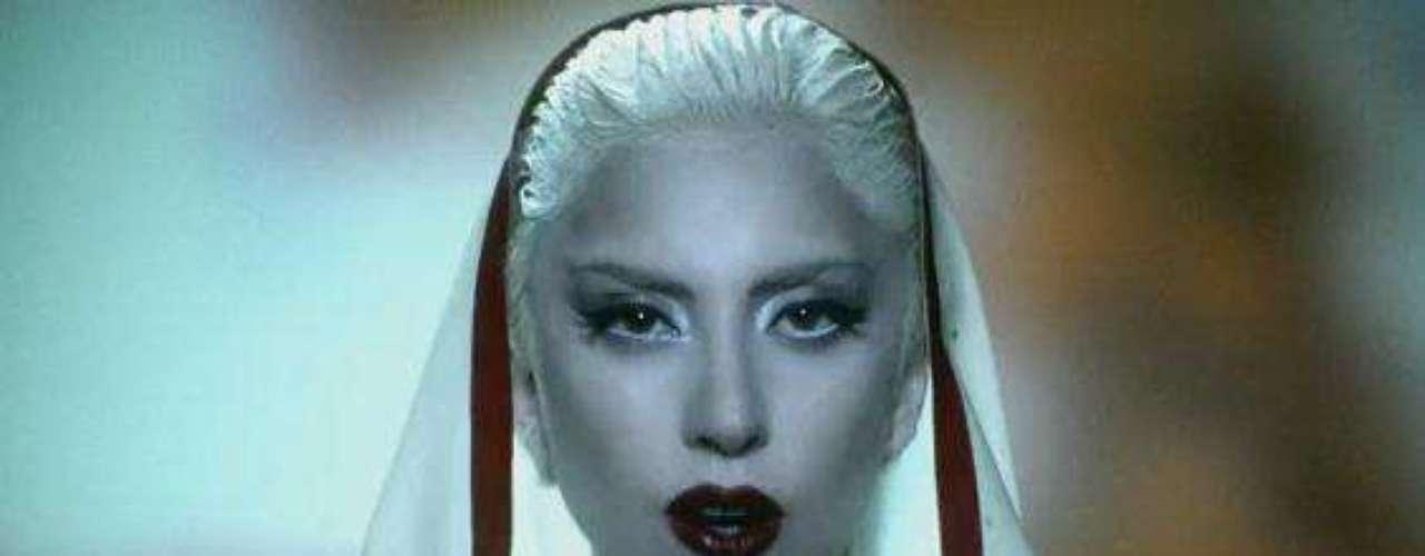 Lady Gaga. Los famosos muchas veces recurren al uso de prendas religiosas para causar controversia y así llamar la atención de medios y grupos religiosos. Estas son algunas de las artistas que se han encargado de salir en público vestidas como monjas, la Virgen María, Jesús o simplemente hacer alusiones muy sensuales con este tipo de personajes.