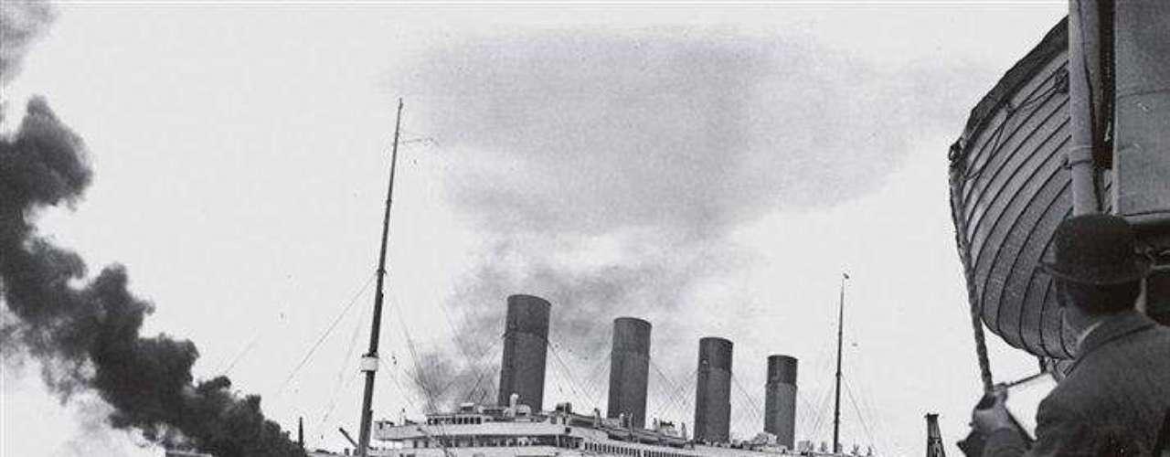 Mientras el Titanic zarpa del puerto de Southampton, los fotógrafos inmortalizan el momento desde un barco cercano. Cinco días después, este símbolo de una edad dorada, de unos años de progreso y opulencia, yacía en el fondo del Atlántico Norte. «La historia del Titanic siempre se recordará», dice Robert Ballard.