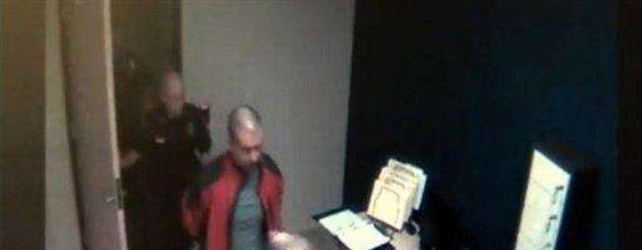 La fuerza de seguridad también difundió el video de seguridad en la comisaría, unos 34 minutos después del incidente. Ahí se lo puede ver a Zimmerman, quien no tiene ni una herida en la nariz o en la cabeza, como dijeron tanto su familia como su abogado. De hecho, la imagen superior corresponde a ese video.