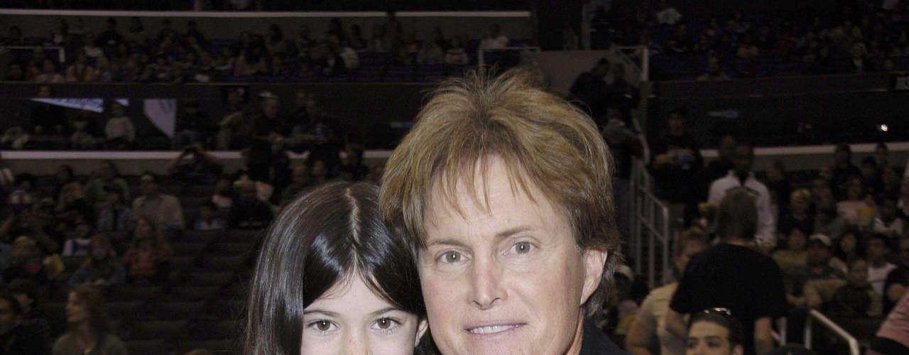 LTambién tiene medio hermanos a través de su padre Bruce, quien tuvo tres varones: Burt Jenner, Brandon Jenner y Brody Jenner y una mujer, Casey Jenner.