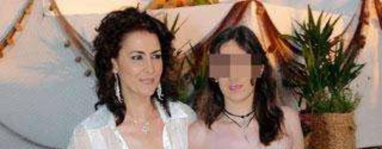 La presentadora tiene otros tres hijos. En la imagen, junto a la mayor, Triana.