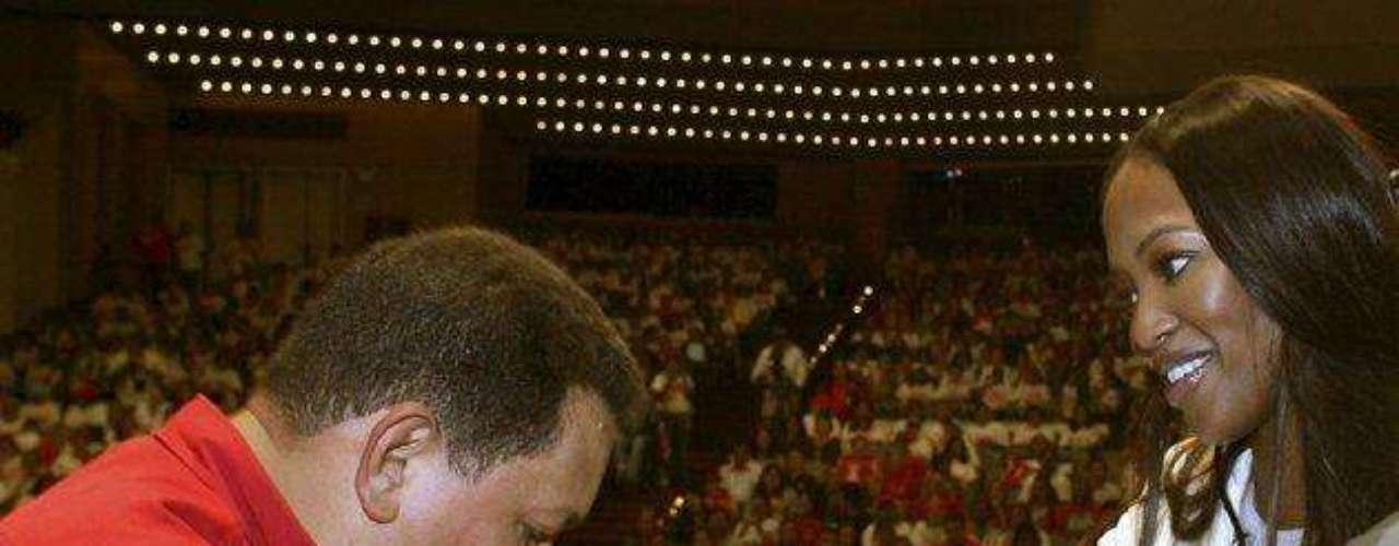 En el 2007 otra mujer saltó a la vida de Chávez. El presidente besó la mano de la modelo británica Naomi Campbell, en Caracas, en octubre del 2007. Ese año se rumoró un romance entre los dos.