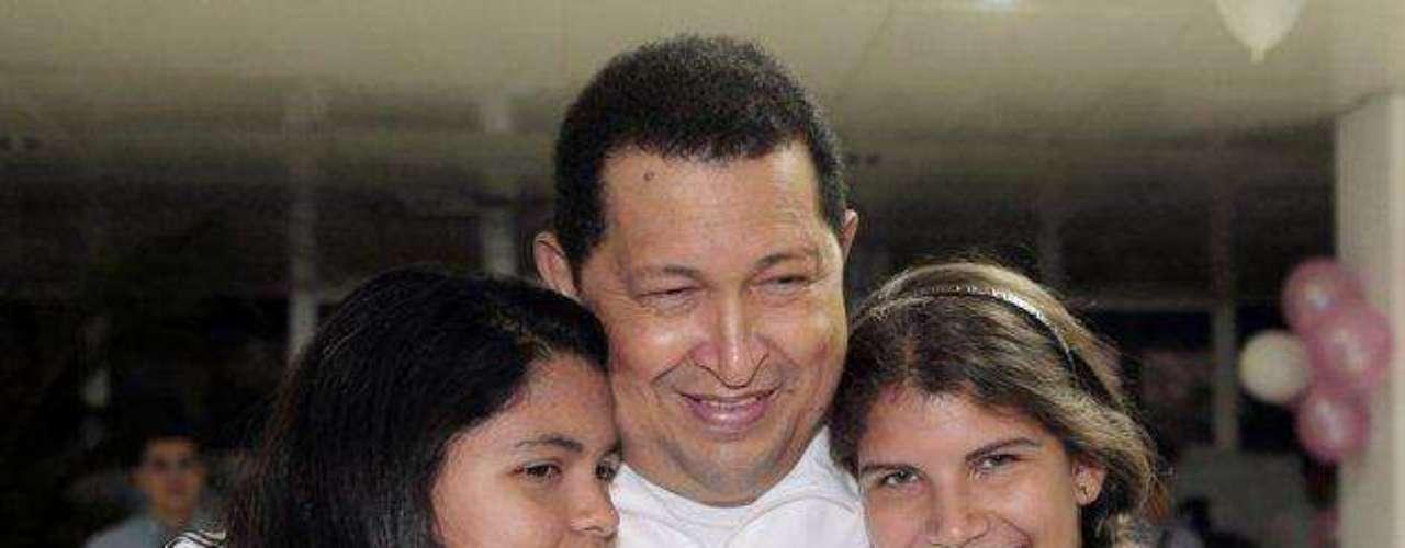 Evidencia del apego que Chávez tenía con las mujeres de su familia. Aquí posa con las mujeres más jóvenes de su familia: su nieta Gabriela (izq), y su hija menor Rosinés, en La Habana, Cuba, el 12 de marzo de 2012, después de su última cirugía.